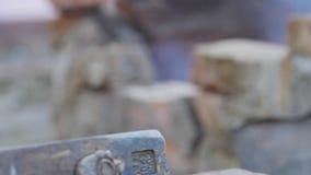 铁匠工作金属 工匠,私有铁匠铺的高地居民在村庄 拉扯高热金属从熔炉 股票录像