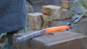 铁匠工作金属 工匠,私有铁匠铺的高地居民在村庄 燃烧注册铁匠的 股票录像