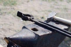 铁匠工具-铁砧、大锤和伪造钳子 免版税库存图片
