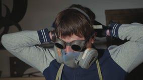 铁匠画象防护玻璃的穿戴人工呼吸机,慢动作 影视素材