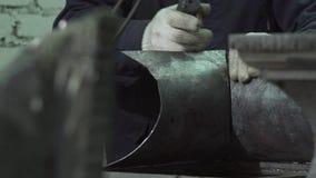 铁匠的手连接一个伪造的项目的双方 影视素材