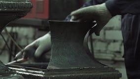 铁匠的手连接伪造的铁零件 影视素材