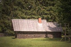 铁匠的车间客舱在农田里,立陶宛 免版税库存图片
