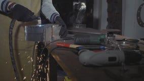 铁匠通过等离子切削刀削减铁细节在他的车间,慢动作 股票录像