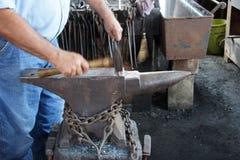 铁匠锤击钉子 免版税库存图片