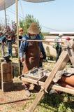 铁匠-参加者在骑士节日在戈伦公园显示他的技巧在以色列 免版税库存图片