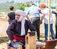 铁匠-参加者在骑士节日坐预期访客在戈伦公园在以色列 免版税库存图片