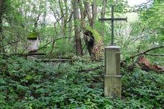 铁十字架在一个停止活动的村庄 库存图片