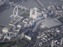 滑铁卢驻地、伦敦眼和泰晤士南银行从空气 库存照片