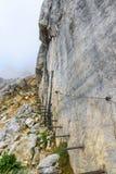 铁台阶和远足道路对Ellmauer止步不前在奥地利的更加狂放的凯泽山-接近Gruttenhuette,去,蒂罗尔,奥地利 库存照片