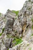 铁台阶和远足道路对Ellmauer止步不前在奥地利的更加狂放的凯泽山-接近Gruttenhuette,去,蒂罗尔,奥地利 图库摄影