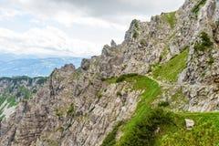 铁台阶和远足道路对Ellmauer止步不前在奥地利的更加狂放的凯泽山-接近Gruttenhuette,去,蒂罗尔,奥地利 免版税库存照片