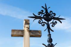 铁和石头十字架  图库摄影