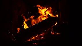 铁啤牌混乱和刺在壁炉的灼烧的木柴 影视素材