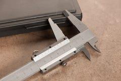 铁在石书桌背景的轮尺特写镜头的图象 库存图片