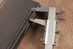 铁在石书桌背景的轮尺特写镜头的图象 图库摄影