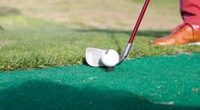 铁在高尔夫球场瞄准 库存照片