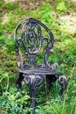 锻铁庭院椅子在森林 库存照片