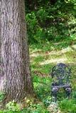 锻铁庭院椅子在森林 免版税图库摄影