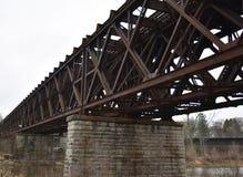 铁支架在河的铁路桥梁 库存图片
