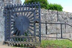 锻铁教会门与十字架的 库存照片