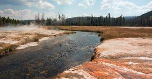 铁春天小河和峭壁喷泉在黑沙子喷泉水池在黄石国家公园在怀俄明美国 库存照片