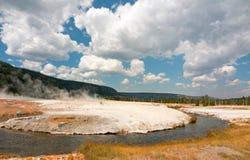 铁春天小河和峭壁喷泉在黑沙子喷泉水池在黄石国家公园在怀俄明美国 免版税库存图片
