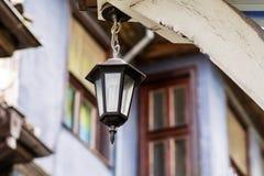 铁有节能电灯泡的街道灯笼 库存图片