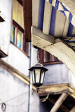 铁有节能电灯泡的街道灯笼 库存照片