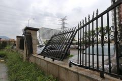 铁栏杆被吹散了 库存图片