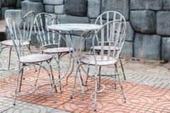 铁桌和椅子 免版税库存图片