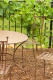 铁桌在庭院里 库存图片