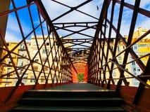 铁桥梁和色的房子在希罗纳 库存图片