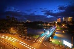 铁桥梁夜视图在清迈 图库摄影