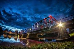 铁桥梁夜视图在清迈 免版税库存照片