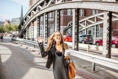 铁桥梁的女商人 免版税图库摄影