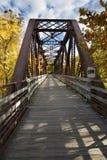 铁桥梁运载在小行政区, Connec的法明顿河足迹 免版税库存照片