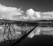 铁桥梁Crossing湖Trawsfynydd在北部威尔士 免版税库存图片
