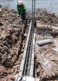 铁棍增强工作者倾吐的混凝土  库存图片