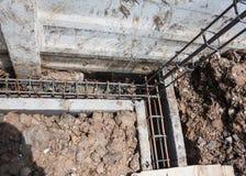 铁棍增强混凝土工作者倾吐的混凝土  免版税库存图片