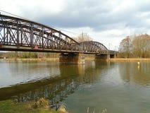 铁河上的桥的建筑在欧洲midle的深森林里  免版税图库摄影