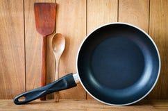 铁煎锅和木器物特写镜头  免版税库存图片