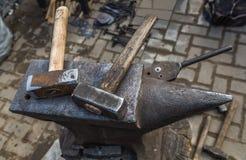 铁砧和锤子 免版税库存照片