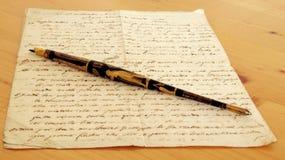 铁笔和古老原稿 免版税库存照片