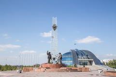 铁米尔套,哈萨克斯坦-在2016年8月13日前:对金属的纪念碑 库存照片