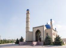 铁米尔套,哈萨克斯坦- 2016年8月13日:中央清真寺 免版税库存照片