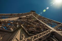 铁结构的看法从艾菲尔铁塔的顶端有阳光的在巴黎 库存照片