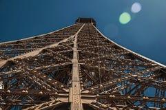铁结构的透视图从艾菲尔铁塔的顶端有阳光的在巴黎 库存图片