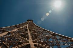 铁结构的透视图从艾菲尔铁塔的顶端有阳光的在巴黎 免版税图库摄影