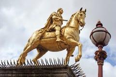 铁罐船身国王雕象 免版税库存照片